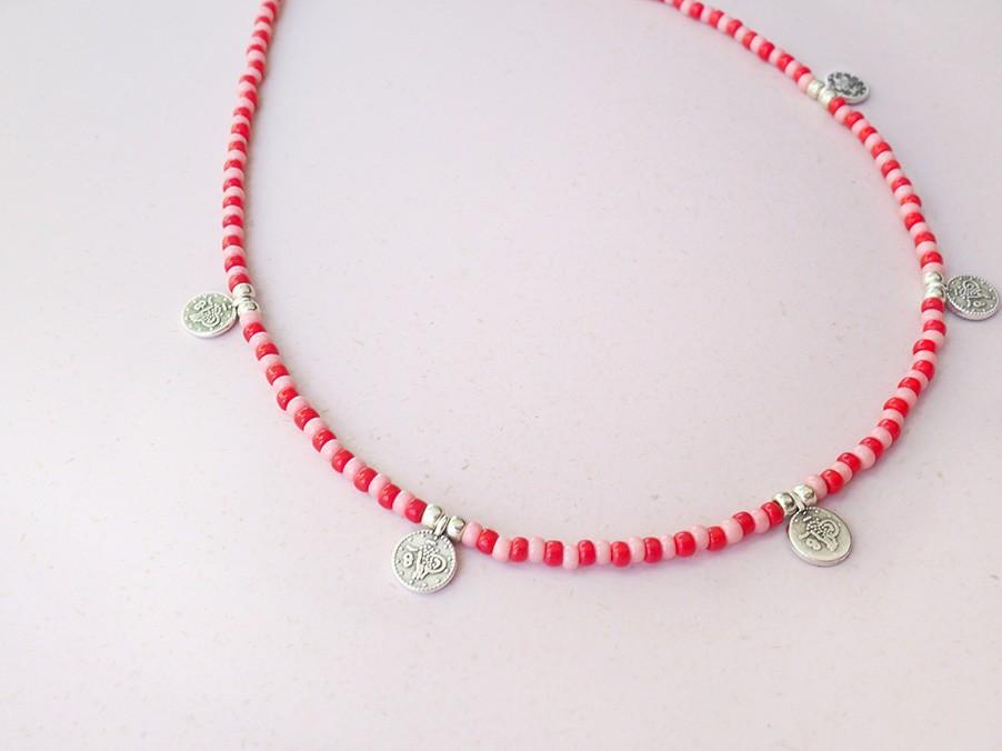 diy-pakket-kralen-choker-mix-rood-roze-met-zilveren-muntjes