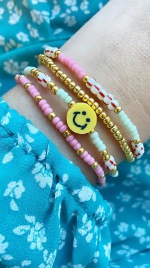 DIY pakket kralen armbandjes roze, mint, rood met een smiley