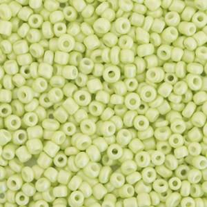 Glaskralen rocailles 12/0 2mm rond 8 gram luminary green