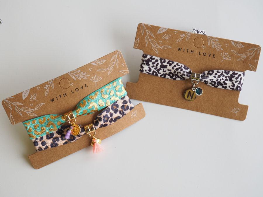 Armbandjes op elastisch lint met initiaal