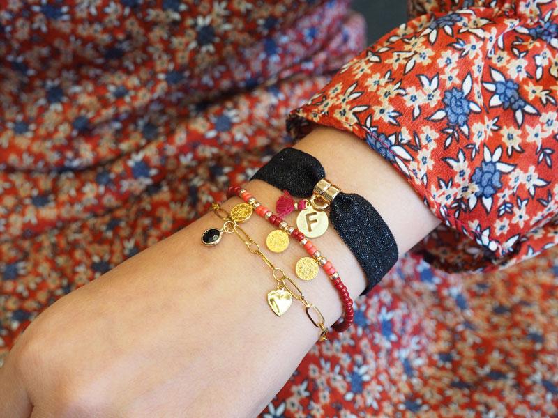 Armbandje op elastisch lint met initiaal